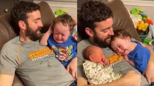Плаче щоразу, коли малюка забирають: відео зворушливого знайомства хлопчика з сестрою