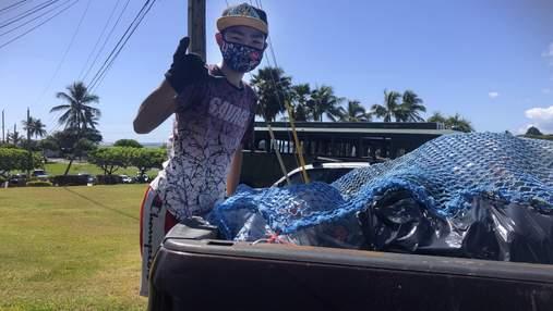 На Гаваях підліток збирає та сортує сміття, щоб оплатити навчання у коледжі для бідних дітей