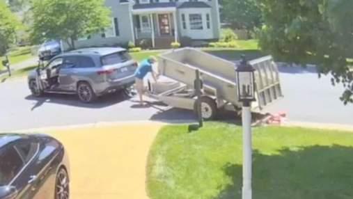 Это финальная выплата алиментов, – мужчина высыпал на газон бывшей жены 80 тысяч монет