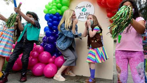 Перемогла рак та допомагає іншим: 8-річна дитина продала 32484 коробок печива для благодійності