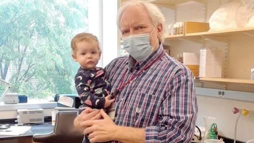 Профессор поставил детскую кроватку в лабораторию для студентки с ребенком: фото