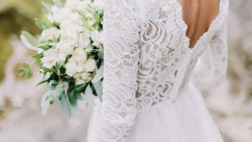 Весільна сукня з каркасом для шампанського: наречена здивувала гостей на церемонії
