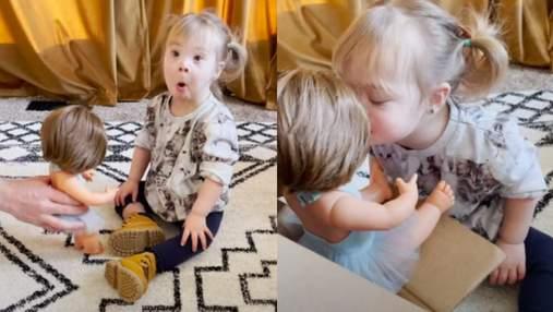 """""""Я розплакалася від щастя"""": мама показала емоційну реакцію доньки з синдромом Дауна на подарунок"""