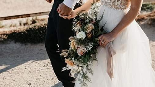 Наречена у весільній сукні регулювала рух на дорозі: чому жінка втекла зі святкової фотосесії