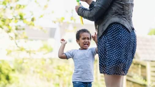 Б'є інших та завдає собі шкоди: які є види дитячої агресії та як можуть допомогти батьки