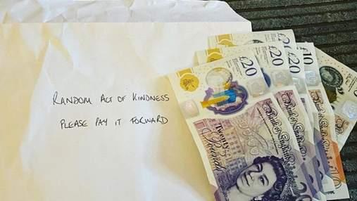 Дуже вчасно: анонім підкинув матері-одиначці гроші просто під двері