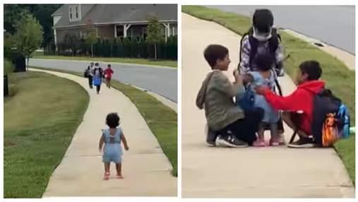 Маленькая сестренка ежедневно встречает братьев из школы: видео растрогало сеть