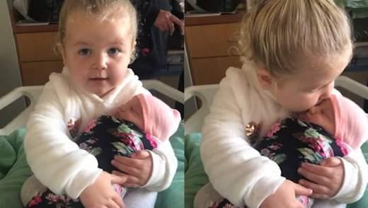Я не отпущу тебя больше, – трогательное видео первой встречи 3-летней девочки с сестренкой